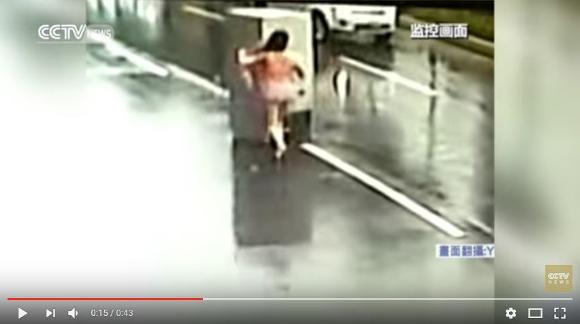 【動画あり】台風によって「冷蔵庫」が車道を滑走
