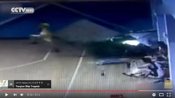 【衝撃動画】これぞ危機一髪! 暴走した車をギリギリ逃れたバスケットボール選手がスゴい!!