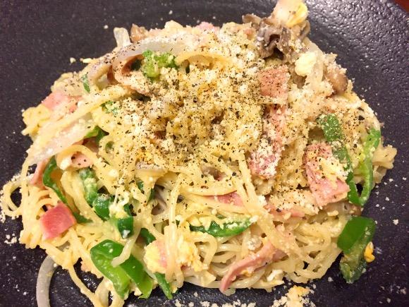 【公式レシピ】マルちゃん塩焼きそばを使った「焼きそばカルボナーラ」が激ウマすぎ