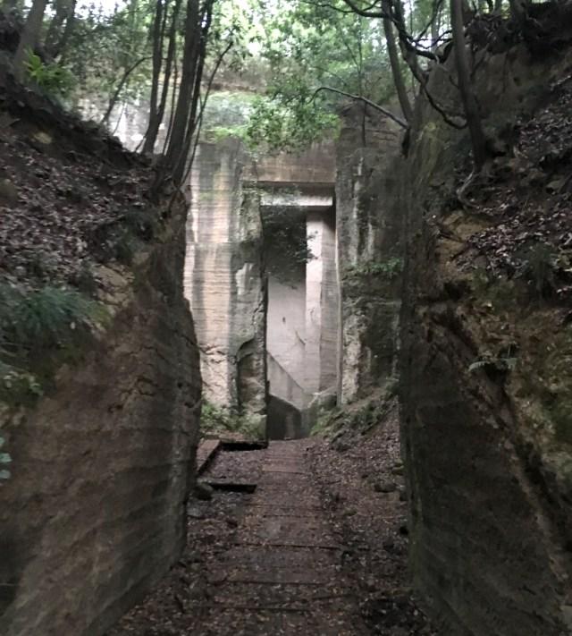 【画像多数】静かにたたずむ巨石の廃墟「藪塚石切り場跡」が幻想的 / 群馬県の知られざる名所