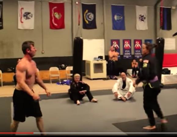 【筋肉神話崩壊】ボディービルダーが女性柔術家とガチ対決 → あっさり絞め落とされる