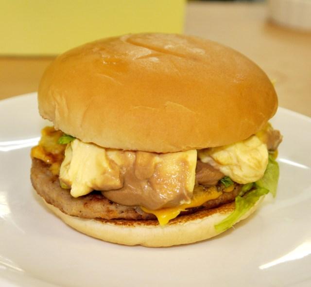 【新商品発表前】マクドナルドのハンバーガーに「ポムポムプリン」を挟んで食べてみた