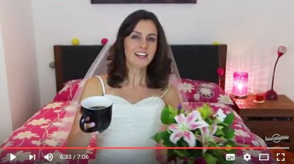 【爆笑】初デートにウェディングドレスで現れたら男はどれほどビビるのか!? その実験動画の結果がオモシロすぎる!!