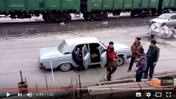 【おそロシア】この車には一体何人のロシア人が乗っているでしょうか!? 正解できたらロシアという国をよく理解している証拠だ!