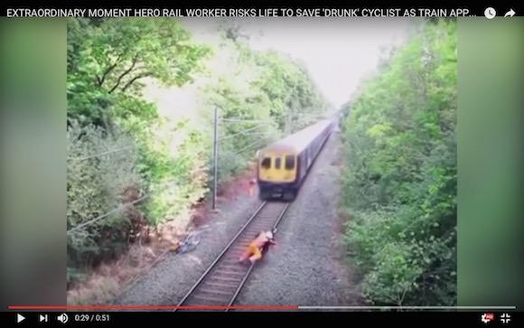 【危機一髪】コンマ数秒の差で惨劇回避! 鉄道作業員が線路に入った酔っ払いを決死の救助