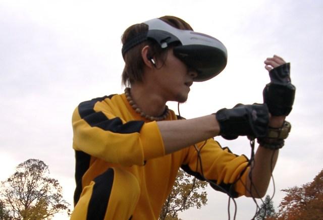 PlayStation VR発売より約13年も前に「PSVR」によく似たゲーム機が発売されていた! 早すぎたVRマシン『バーチャルファイティングニンジャ(VRFN)』