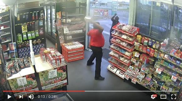 これは弱すぎ! お菓子で撃退される強盗が激撮される