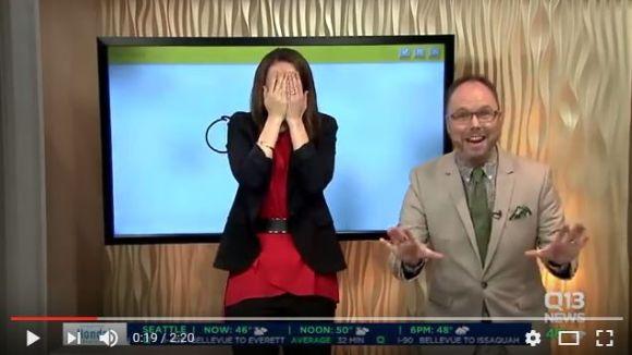 美人キャスターが生放送中に「ムスコ」の絵を描く事故発生 / 動画あり