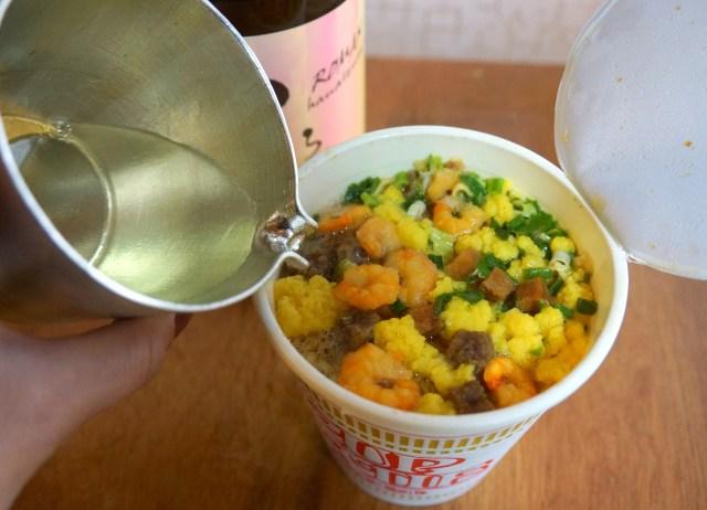 【SNSで話題】カップ麺に「日本酒」を入れると劇的にウマさが倍増するらしいのでやってみた!