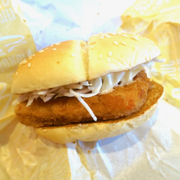 """【正直レビュー】マクドナルドが本日11/2に発売した「チーズカツバーガー」を食べてみた → チーズはクリーミーだが """"肉"""" が足りない!"""