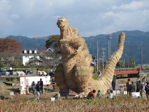 福岡県の田んぼにワラで作った『巨大ゴジラ』が出現中!