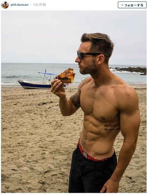 【目の保養】ピザを食べまくるために世界中を旅する男性(イケメン)が大人気!
