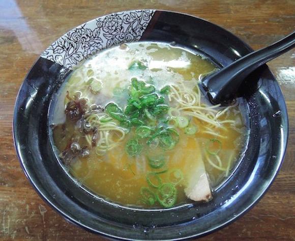 スープが冷めない「醤油とんこつラーメン」は唯一無二! 博多華丸さんもオススメする『横綱ラーメン』に行ってみた / 福岡県西区