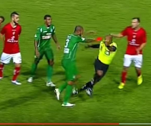 【衝撃動画】サッカーの試合中にプッツン! 疑惑の判定にブチギレた選手がピッチを修羅場にする