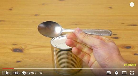 【目からウロコ】スプーンで缶詰を開けるライフハックがナカナカ使えるぞ!