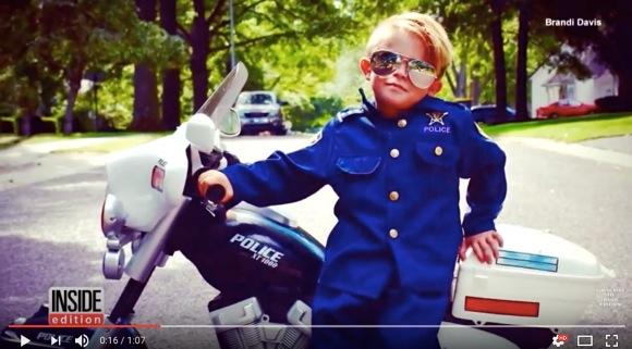 5歳児の警察官がカワイすぎ! パトロールしたり、ミニバイクで老人ホームに花束を届けたりと活躍中