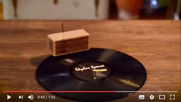 【逆転の発想】レコードの上を自走して音楽をプレイするデバイス「RokBlok」が超~斬新!