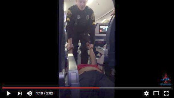 女性が飛行機から強制的に降ろされる珍事が発生!  死体のように通路を引きずられる映像がマジやばい!!