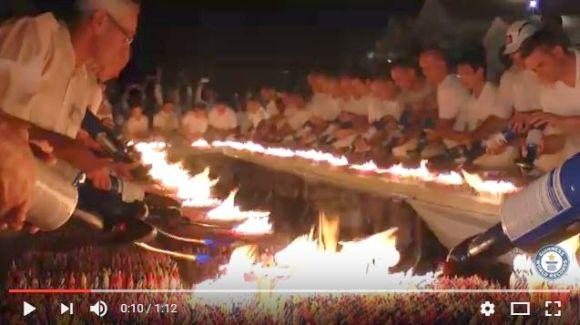 【ギネス】ケーキにロウソク7万2585本を灯すと山火事級の燃っぷりになる