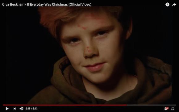 【PVあり】ベッカム家のイケメン三男が歌手デビュー! 美声でクリスマスソングを歌い上げる