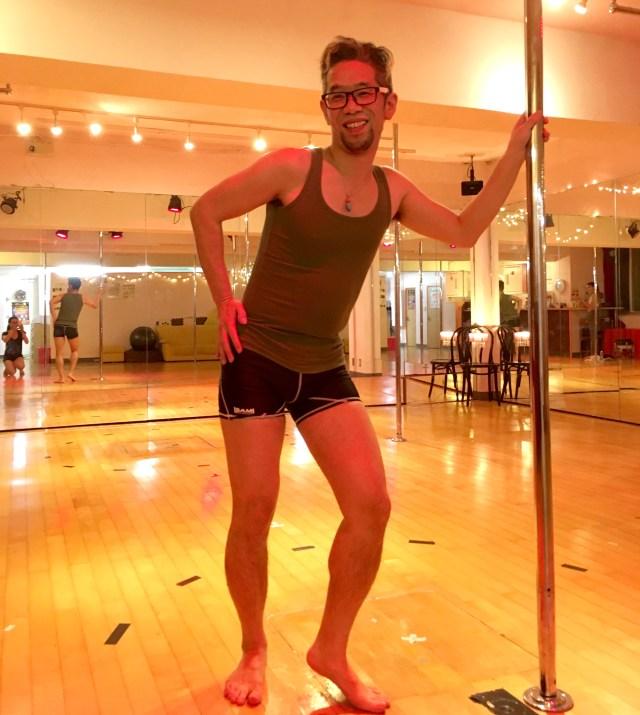 【実践】40代のオッサンがポールダンスに挑戦してみた! どう見ても木登りの下手なサルにしか見えない……