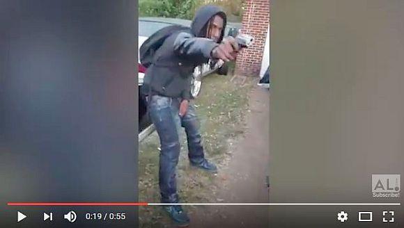 【アホすぎ】ギャング22人が拳銃を握ってマネキンチャレンジ → 警察に見つかって御用に!