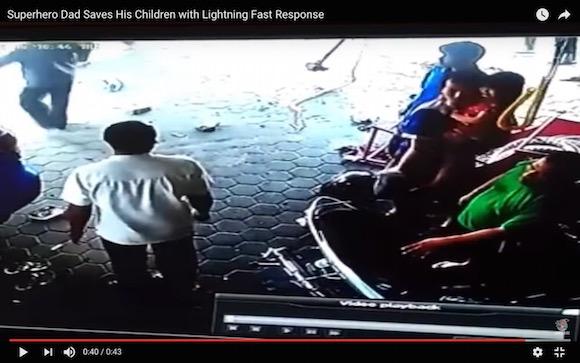 【衝撃動画】これぞ九死に一生! 暴走した車からジャッキー・チェンのような動きで子供を救出したオヤジがヤバい
