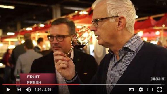 """【実験動画】ワインエキスパートに """"安物ワイン"""" を飲ませて値段を当ててもらった結果 → 意外と価値が分からない……"""