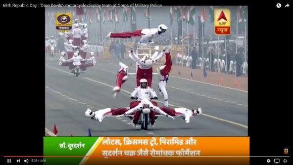 【衝撃映像】インド国境警備隊の「バイクスタント」がハイレベルすぎィィイイ! 中国雑技団がマッハで土下座するレベル!!