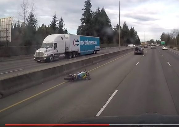 【奇跡の生還】急ブレーキを踏んだ車にバイクが衝突 → 大破するもライダーは車に飛び移って無傷