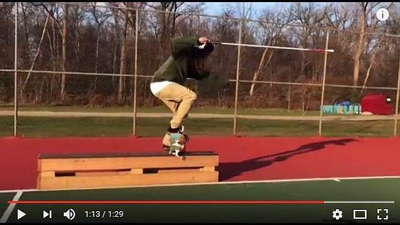 盲目のスケートボーダーが「杖を使ってトリック」を披露! 技がキマるまで諦めない姿が超カッチョいい!!