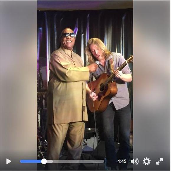 【動画あり】スティーヴィー・ワンダーがホテルで演奏する青年のステージに飛び入り! 素晴らしい美声と人柄に拍手喝采!!