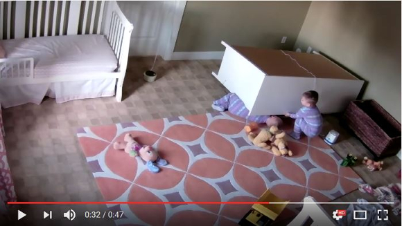 【兄弟の絆】タンスの下敷きになった2歳の男の子! その時双子の兄が取った驚くべき行動に全米が泣いた!!