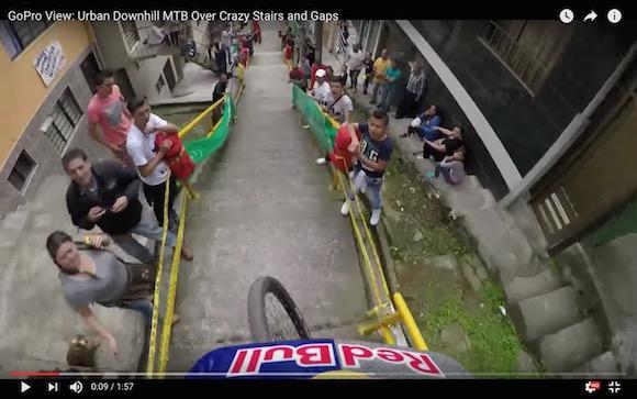 まるで10倍速で再生しているかのようなスピード! マウンテンバイクで街中を疾走する映像が失神レベルの臨場感