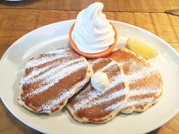 【スタバも真っ青】丸亀製麺のカフェが超オシャレ! ハワイにいるかのような雰囲気で行列ができるほどの人気店だった