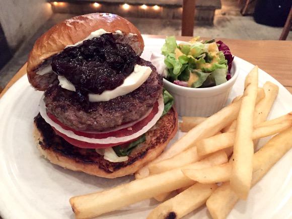【最強ハンバーガー決定戦】第35回:甘っじょぱい系バーガーの最高傑作! 魅惑の「チェリーバーガー」が超ウマい『バーガーマニア広尾店』