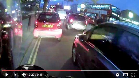 【超危険】バイクのように路肩を走って車を追い越すコンパクトカーがヤバい! 渋滞を回避する行為が大迷惑!!