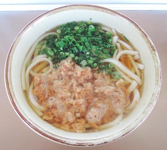 【都市伝説の名店】九州初の「立ち食いうどん」を始めた鳥栖駅の「かしわうどん」がガバうま! 60年以上も愛される味は途中下車してでも食べるべき