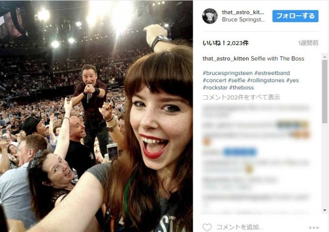 【奇跡の1枚】ブルース・スプリングスティーンのライブでファンの美女が撮った「自撮り」が完璧すぎる