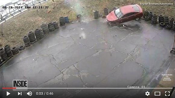 【衝撃映像】空から車が降って来るって動画がマジやばい! 運転手はかすり傷ひとつナシという奇跡が!!