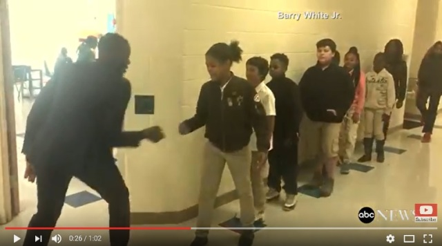 【世界が感動】生徒全員と「オリジナルハイタッチする先生の動画」が猛烈な勢いで拡散中