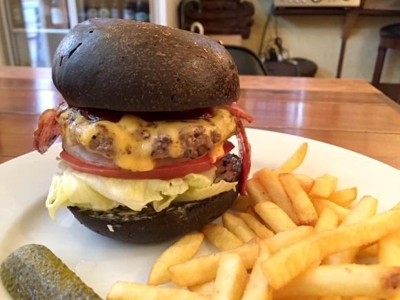 【最強ハンバーガー決定戦】第38回:濃いィィイイチーズに溺れそう! 漆黒のライ麦バンズも必食 / 高田馬場『ホーミーズ』