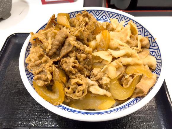 【プレミアムフライデー】吉野家の限定メニュー『半丼』を食べてみた / 牛と豚のダブルパンチは昇天するウマさ!