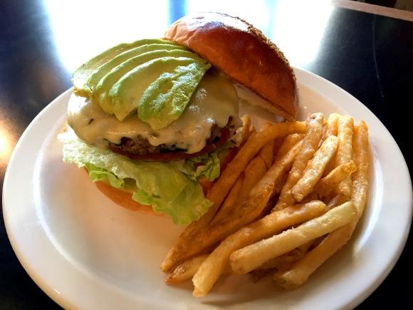 【最強ハンバーガー決定戦】第37回:フカフカのバンズだけでもうウマい! 居心地最高のアメリカンダイナー / 原宿『サンフランシスコピークス』