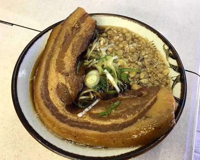 【立ちそば放浪記】680円でステーキみたいな肉塊ドーン! 飯田橋『豊しま』の「元祖厚肉そば」が激ウマすぎる!!