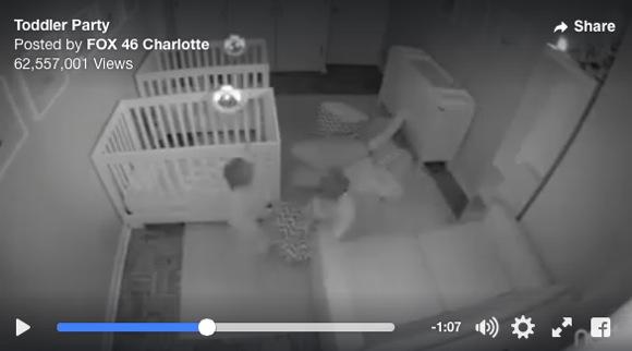 寝なさすぎ! 消灯後に大騒ぎする2歳の双子の傍若無人っぷりがものすごくカワイイ / 監視カメラ動画が再生6000万回越えで人気