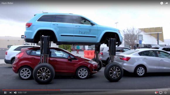 【動画あり】足まわりが伸びまくる改造車が爆誕! 車をまたいで渋滞を回避……でもメッチャ危なっかしいぞ!!