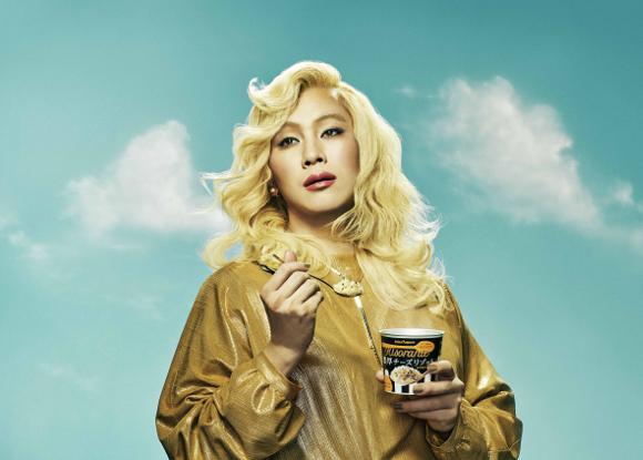 【マドンナかよ】カズレーザーが金髪美女に変身! 美しすぎてネット騒然「マジ付き合いたい」「私より美人で悔しい」