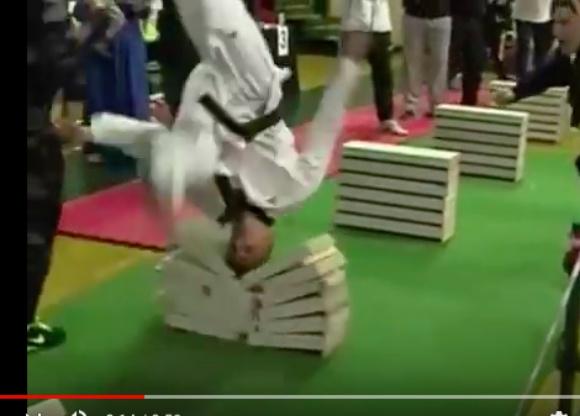 【超絶石頭】111個のコンクリートブロックを頭で叩き割った青年がギネス世界記録を樹立! その動画のスゴさがマジでハンパない!!