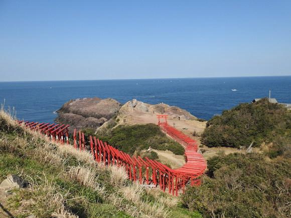 世界が認めた日本の絶景! 123基の赤い鳥居が並ぶ「元乃隅稲成神社」は神秘を感じる美しさ